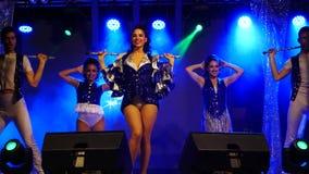 Танцоры на этапе выполняют танец сток-видео