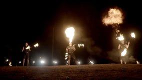Танцоры огня отбрасывают выставку огня выставки танцев огня на человеке танца пляжа жонглируя с огнем акции видеоматериалы