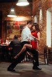 танцоры пар предпосылки танцуя детеныши запальчиво сальса белые Запальчиво сальса Стоковые Изображения
