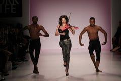 Танцоры раскрывают выставку на салоне в центре Линкольна Стоковые Фотографии RF