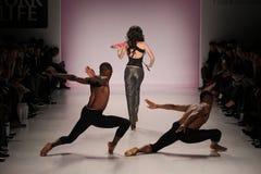 Танцоры раскрывают выставку на салоне в центре Линкольна Стоковое фото RF