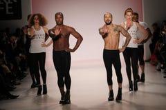 Танцоры раскрывают выставку на салоне в центре Линкольна Стоковое Фото