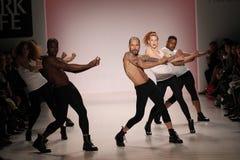 Танцоры раскрывают выставку на салоне в центре Линкольна Стоковые Изображения
