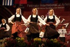 Танцоры сербских женщин фольклорные на празднестве Стоковые Фотографии RF