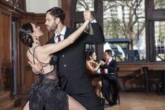 Танцоры танго выполняя пока датировка пар в ресторане стоковые изображения rf