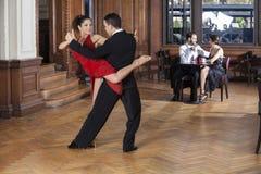 Танцоры танго выполняя Piernazo пока среднее взрослое датировка пар Стоковое Изображение