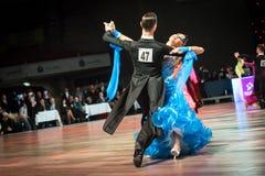 Танцоры танцуя стандартный танец Стоковые Изображения