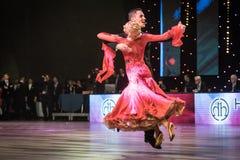 Танцоры танцуя стандартный танец Стоковая Фотография