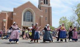 Танцоры фестиваля времени тюльпана перед церковью Стоковое Изображение RF