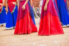 Танцоры Bollywood с красочным платьем в ряд стоковые фото