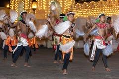 Танцоры Chamara выполняют танец whereby кабели яков они держат символически вентилятор священная реликвия зуба во время Esala Per стоковое изображение