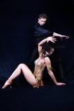 Танцоры Latino в действии стоковые изображения