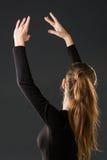Танцор балерины представляя с ее руками на темноте Стоковое Изображение RF