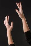 Танцор балерины представляя с ее руками на темноте Стоковые Изображения RF