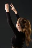 Танцор балерины представляя с ее руками на темноте Стоковое Фото