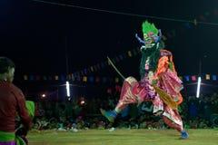 Танцор выполняя на фестивале танца Chhau, Индия Стоковое Изображение