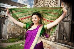 Танцор в индийском сари стоковое изображение rf