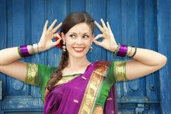 Танцор в индийском сари Стоковые Изображения