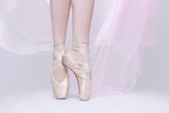 Танцор в розовых ботинках Pointe используя правильный метод стоковое изображение rf
