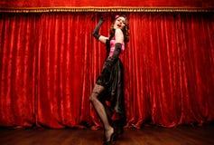 Танцор в стиле румян moulin танцует на этапе стоковая фотография rf