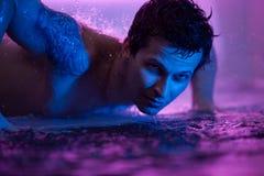 Танцор дождя в aquazone стоковое изображение