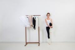 Танцор девушки перед тренировкой Выберите ваши одежды стоковое изображение