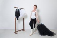 Танцор девушки перед тренировкой Выберите ваши одежды стоковая фотография
