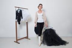 Танцор девушки перед тренировкой Выберите ваши одежды стоковое фото rf