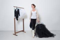 Танцор девушки перед тренировкой Выберите ваши одежды стоковое изображение rf