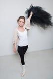 Танцор девушки перед тренировкой Выберите ваши одежды стоковое фото