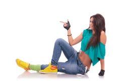 Танцор женщины на указывать пола стоковое изображение