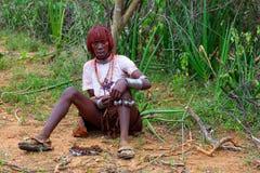 Танцор женщины Hamar подготавливает для wedding в долине Omo в Sou стоковые изображения