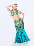 Танцор живота в зеленом платье. Стоковые Изображения
