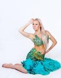 Танцор живота в зеленом платье. Стоковое Изображение