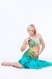 Танцор живота в зеленом платье. Стоковые Фото