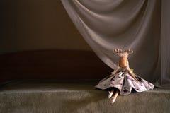 Танцор игрушки сидит на ` сцены ` Добившийся успеха своими силами олени игрушки Одетый в одеждах танцора стоковые фотографии rf