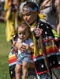 Танцор и ребенок коренного американца Стоковое фото RF