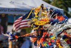 Танцор коренного американца выполняет Стоковое Изображение