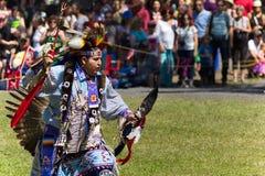 Танцор молодого человека с полной регалией стоковое изображение rf