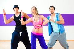 Танцор на тренировке фитнеса Zumba в студии танца Стоковая Фотография