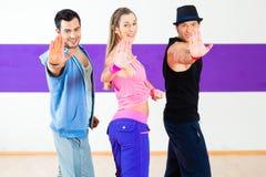 Танцор на тренировке фитнеса Zumba в студии танца Стоковая Фотография RF