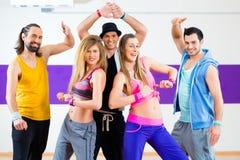 Танцор на тренировке фитнеса Zumba в студии танца Стоковые Изображения RF