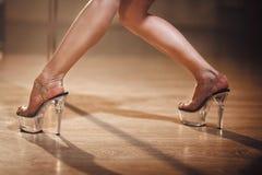 Танцор поляка, ноги приближает к опоре стоковое изображение rf