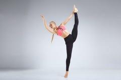 Танцор протягивая в студии Стоковое Изображение RF