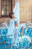 Танцор стоя в фонтане Стоковые Изображения