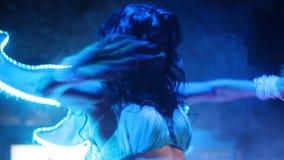 Танцор с крыльями в неоновом свете сток-видео