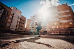 Танцор танцует на улице стоковая фотография rf