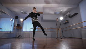 Танцор хмеля 2 детенышей тазобедренный в зале для репетиций Они тренируют Посмотрите как кажется, что будет ваш оппонент готов дл акции видеоматериалы