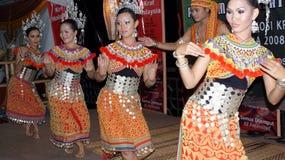 танцор costume iban их традиционное стоковое изображение rf
