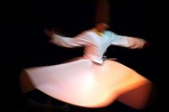 Танцор Sufi танцует с музыкой Sufi Стоковое Изображение RF